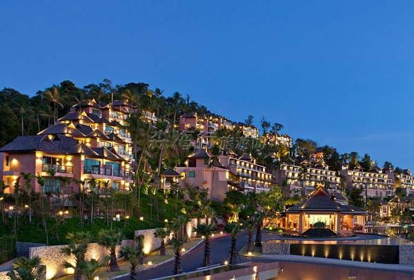 普吉岛西瑞湾威斯汀度假酒店座落在静谧的普吉岛热带西瑞岛上,拥有幽静迷人的美丽沙滩,每间客房都以现代舒适、豪华的风格装饰,并且能饱览波澜壮阔的海洋胜景。       普吉岛西瑞湾威斯汀度假酒店位于被誉为南国明珠的泰国普吉岛东海岸。酒店地处自己专属的小岛之上,可俯瞰美丽迷人的西瑞岛攀牙湾,沐浴于安达曼海的温暖阳光和清爽海风之中。从度假酒店出发,乘坐小船即可前往周边数以百计的小岛,其中的大多数均丛林密布,并环绕着壮观迷人的珊瑚礁。在普吉岛周边的众多岛屿中,最可爱的当属皮皮岛、苏林岛和斯米兰岛,这里是体验帆船、