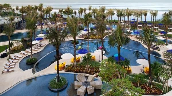 W Retreat是在印度尼西亚巴利岛最新开幕的喜达屋(Starwood)物业。 它具有集海滨美好一切于一体的环境,为巴利岛其中一个最豪华的游乐场合,水明漾(Seminyak)拥有郁郁葱葱的热带环境和迷人的海洋。 度假村设有158间客房及79休闲别墅,别墅选择自单间卧室到三间卧室都有,还有SWEAT健身中心、景观热带游泳池、图书馆、AWAY水疗、W商店、广泛选择的餐饮项目和休闲厅,以及342平方米的宴会厅。 W Retreat & Spa提供了一个轻松、有趣、新鲜的体验。 峇里岛最时尚优雅的村落和最豪华的