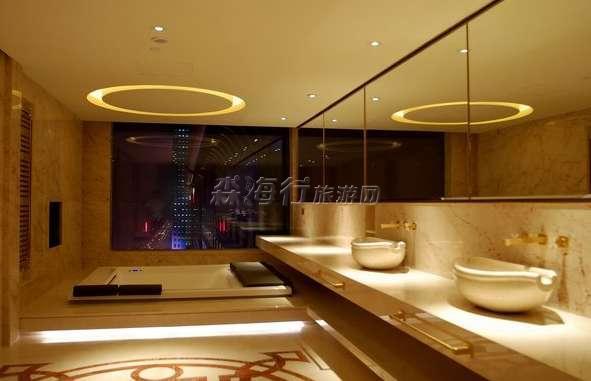 北 酒店外观 [3]京盘古七星酒店客房宽敞明亮,欧洲设计理念配以中式艺术装饰,体现饭店超凡气魄。宾客们在酒店可尽情享受便捷的通讯、视听娱乐系统及无线宽带网络。   北京盘古七星酒店独特设计的花传美浓吉日餐厅、法餐厅以及盘古文奇美食汇的26个不同装饰风格的中餐包间,为您提供宴请宾客的多种选择;位于酒店顶层的乐满堂酒廊为您展现奥运公园的绝色美景,您还可以在因缘庭或聚福园享受午后休闲时光。   北京盘古七星酒店的盘古宴会厅,三个多功能厅可提供所有会议、宴会活动的理想场地;先进完善的设施保证会议、宴会的顺利进行和